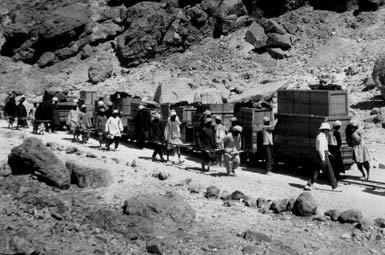 Транспортировка найденных артефактов из некрополя.