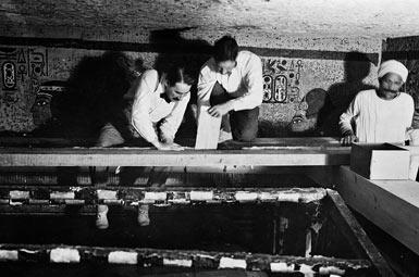 Говард Картер (на фото слева) за работой.