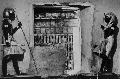 Гробница Тутанхамона. Две статуи охраняют вход во внутреннюю камеру.